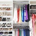 Одежда на вешалках в шкафу