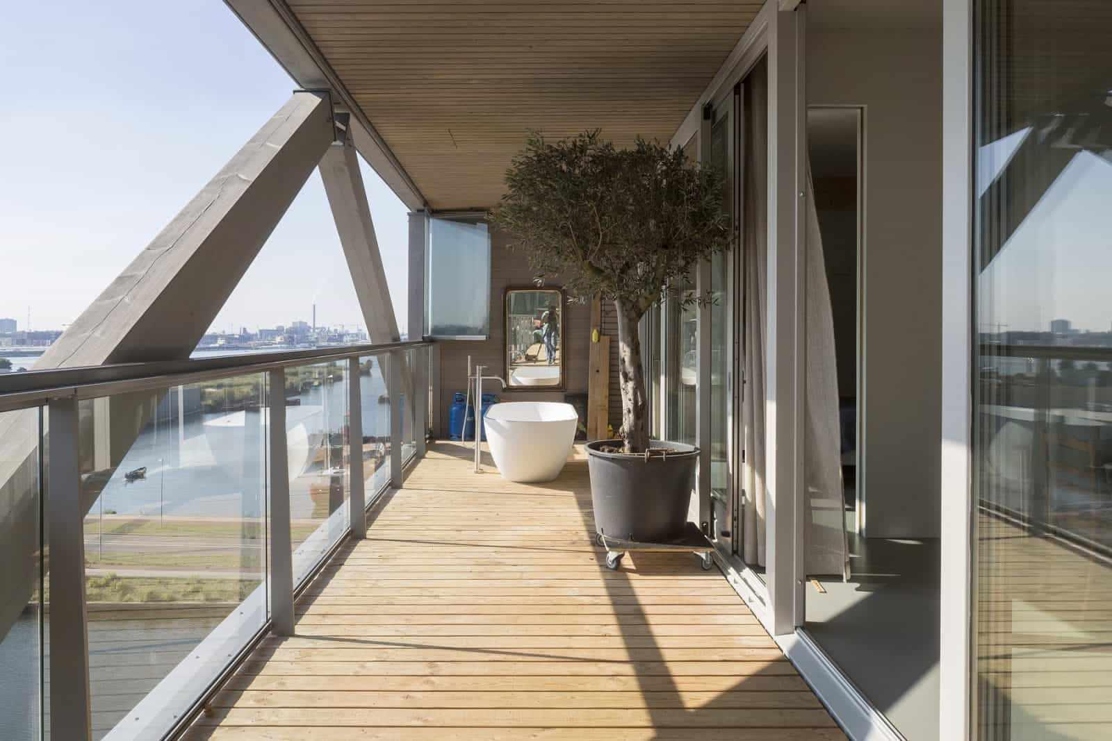 Пол из дерева на открытом балконе