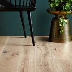 Светлая деревянная доска на полу