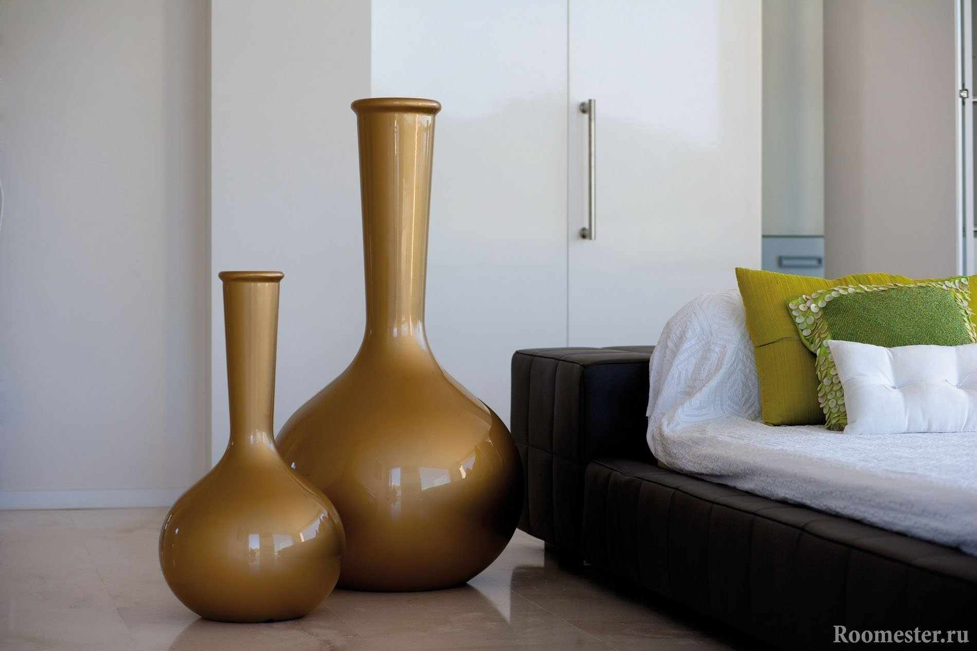 Украшение спальни вазами