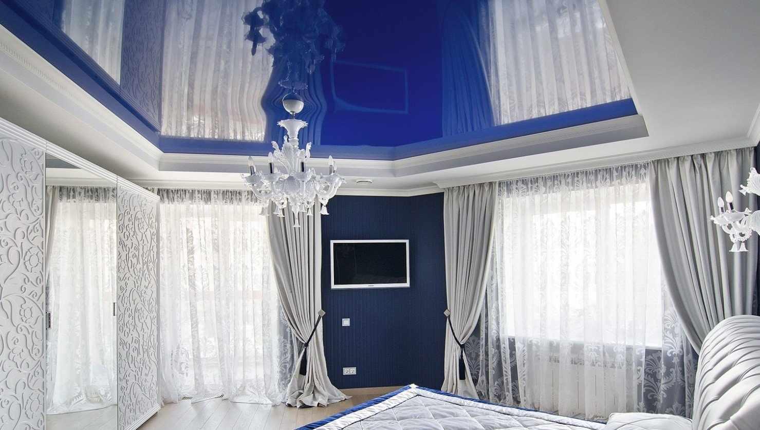 Спальня с глянцевым натяжным потолком
