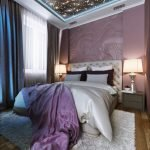 Тумбочки с лампами по бокам кровати