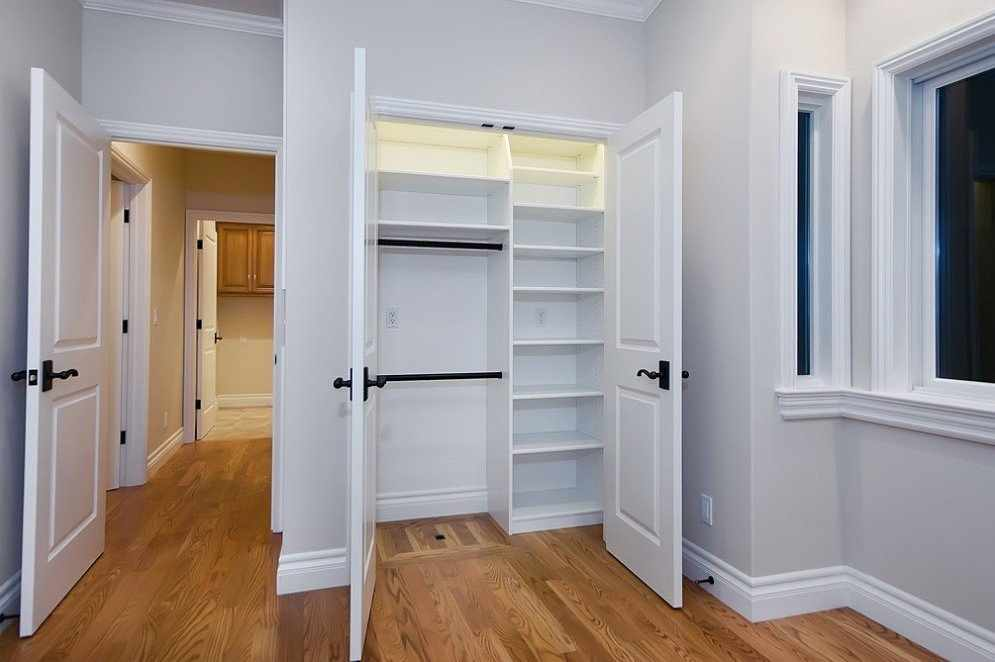 Интерьер со шкафом в нише