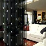 Черные шторы и белый диван