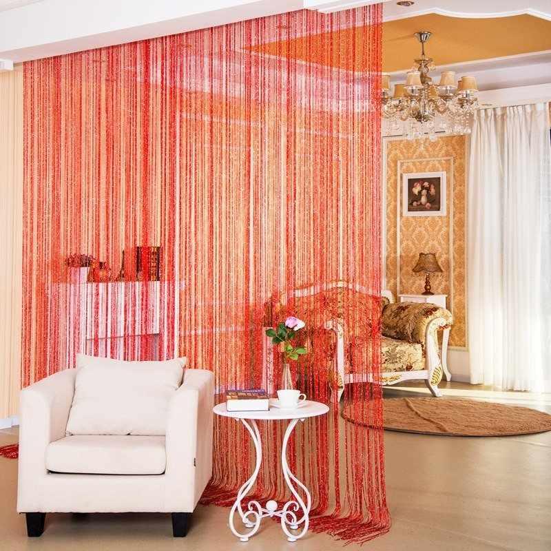 Красные шторы и белый столик и кресло