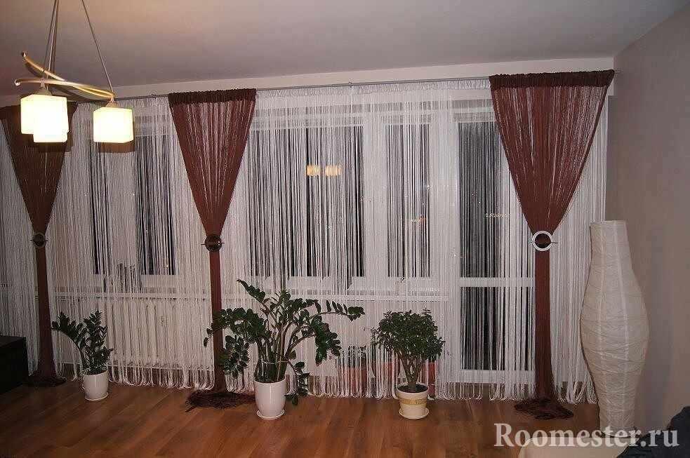 Темные и светлые нитевые шторы на окне