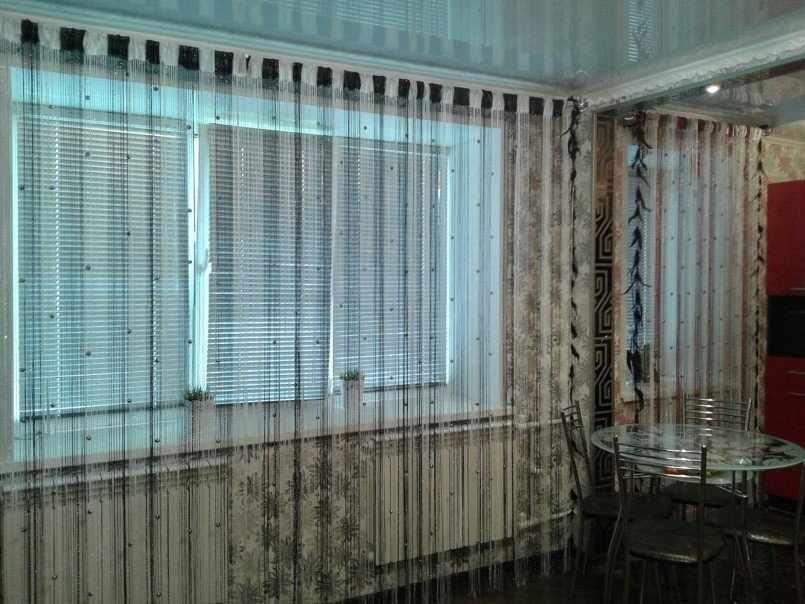 Интерьер с нитяными шторами