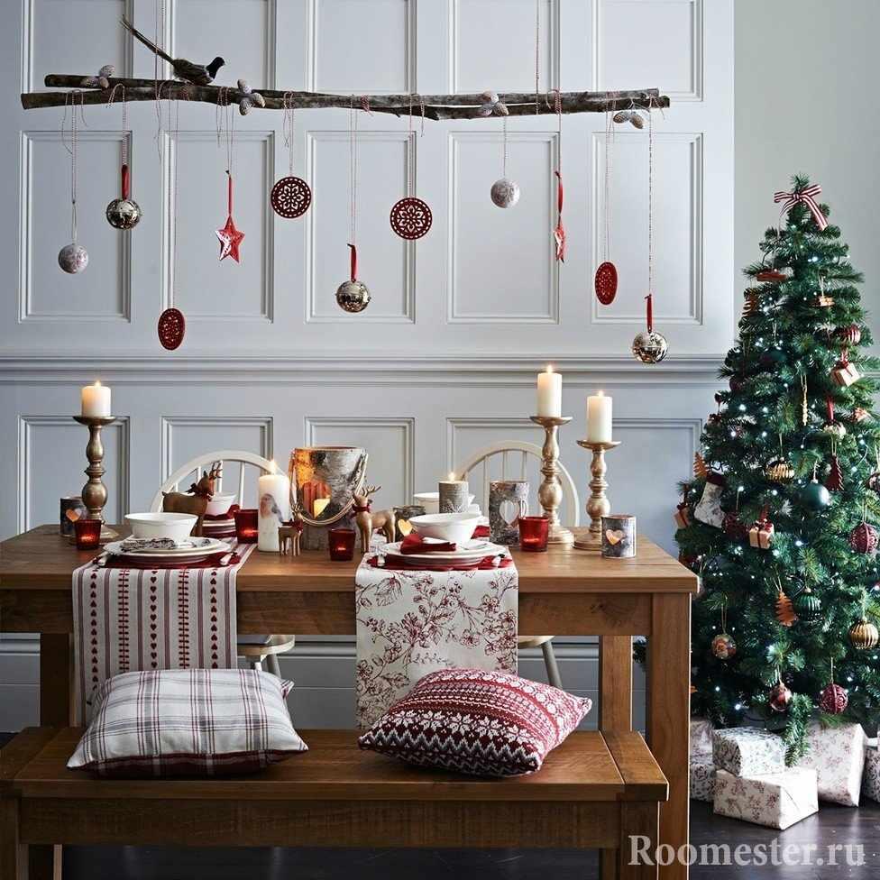 Украшение из подвесок над праздничным столом