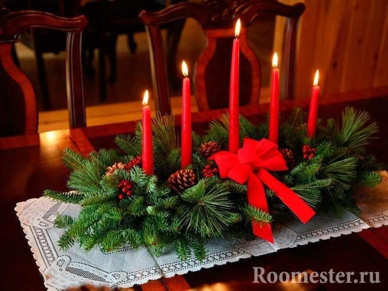 Композиция из еловых ветвей и свечей