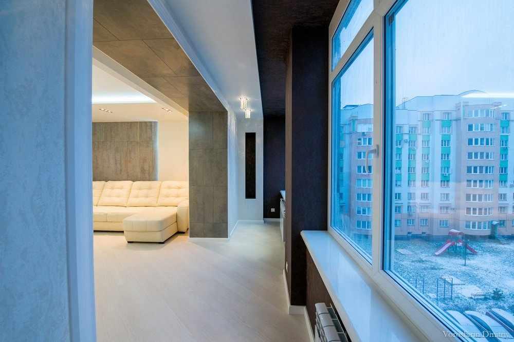 Освещение комнаты с балконом