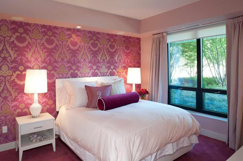 Розовые обои в спальне