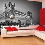 Красные подушки на белом угловом диване