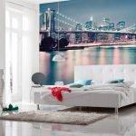 Бирюзовые подушки на белой кровати