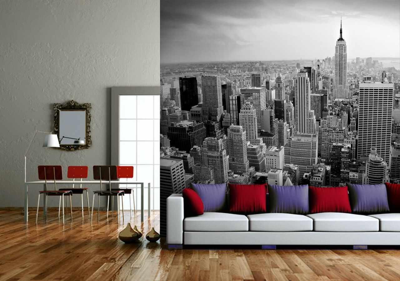Красные и фиолетовые подушки на диване