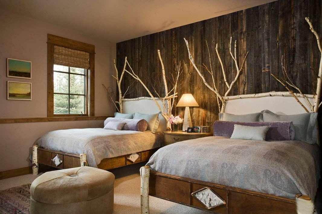 Ветки и обои под дерево в изголовье кровати