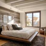 Балки на потолке в спальне
