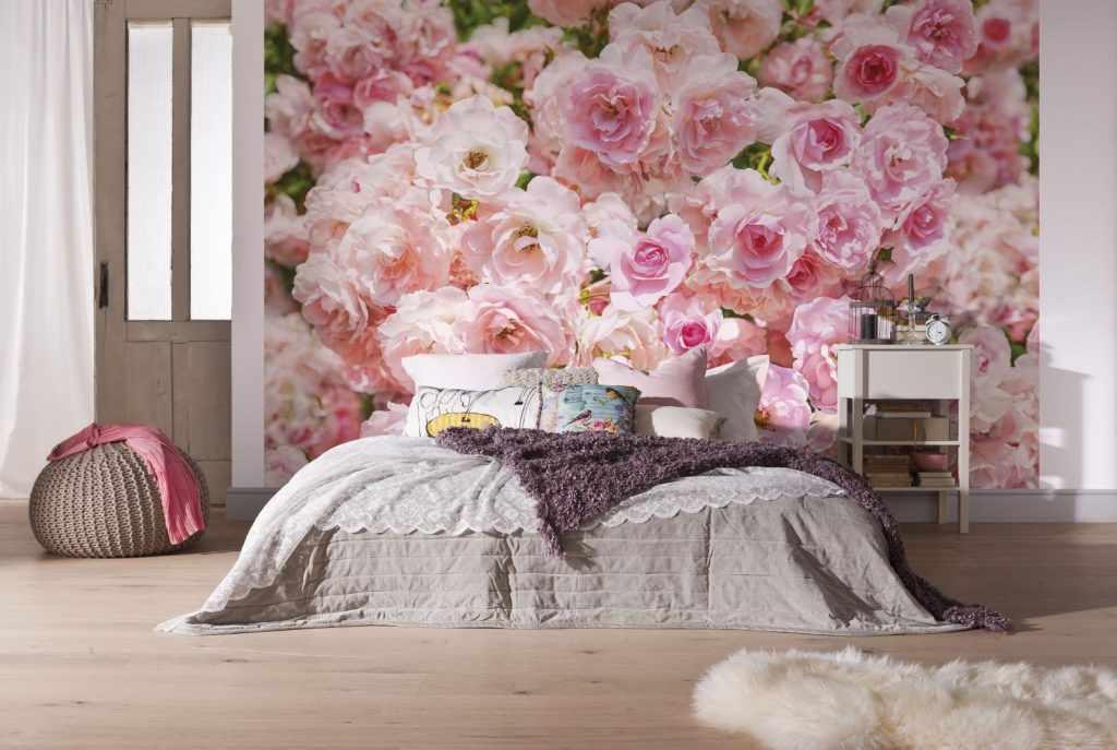Интерьер с цветами на обоях