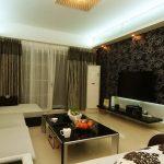 Черные обои и светлая мебель