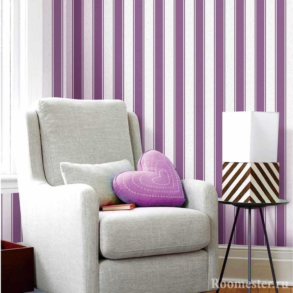Пример полоски в интерьере гостиной комнаты