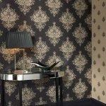 Столик с лампой у стены