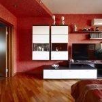 Белая мебель в красном интерьере