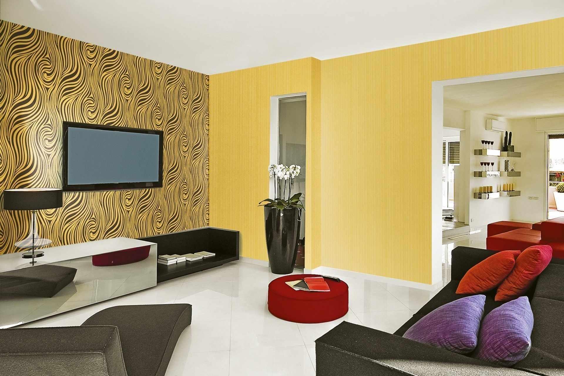Желтые стены и белый пол в гостиной