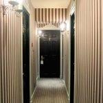 Яркие полоски на обоях в коридоре
