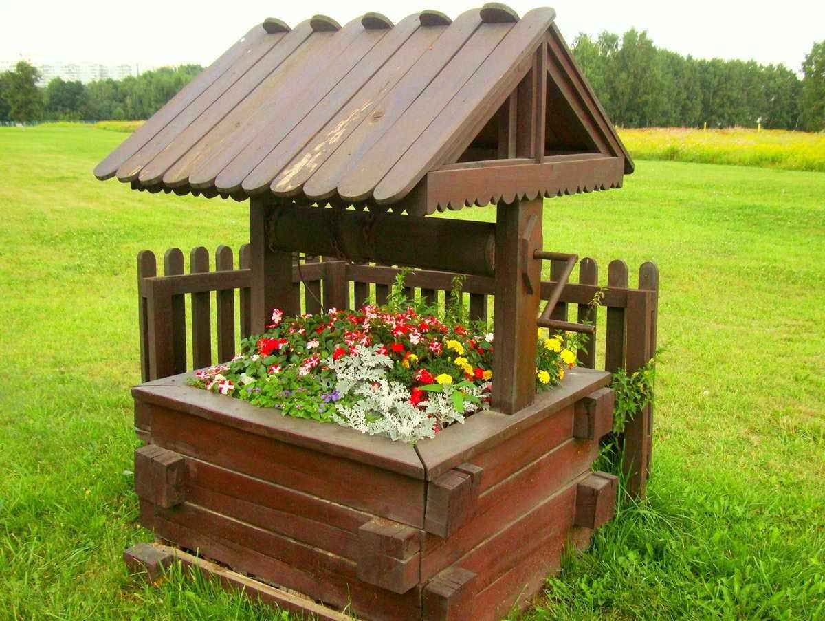 Декоративный колодец с цветами