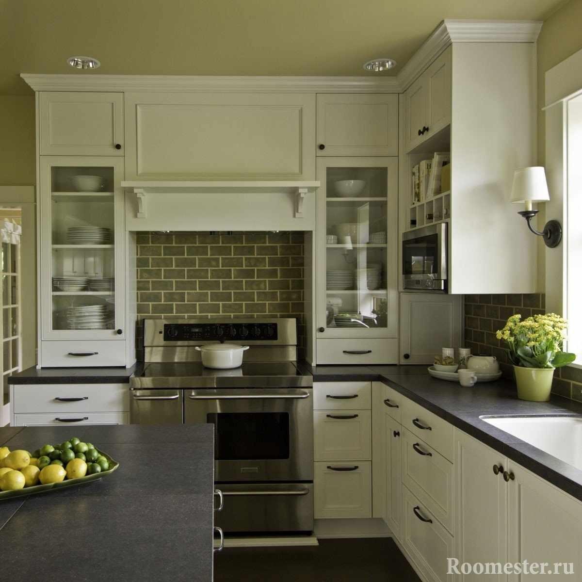 Кухня с потолком в оливковом цвете