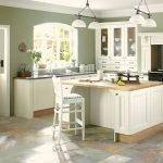 Нежно белая с оливковыми стенами