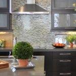Рабочая стенка из плитки оливкового цвета