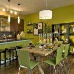 Оливковые стены и стулья