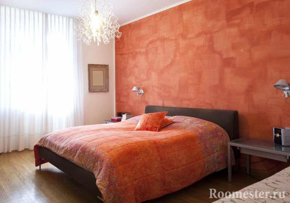 Оранжевая стена и текстиль в спальной комнаты