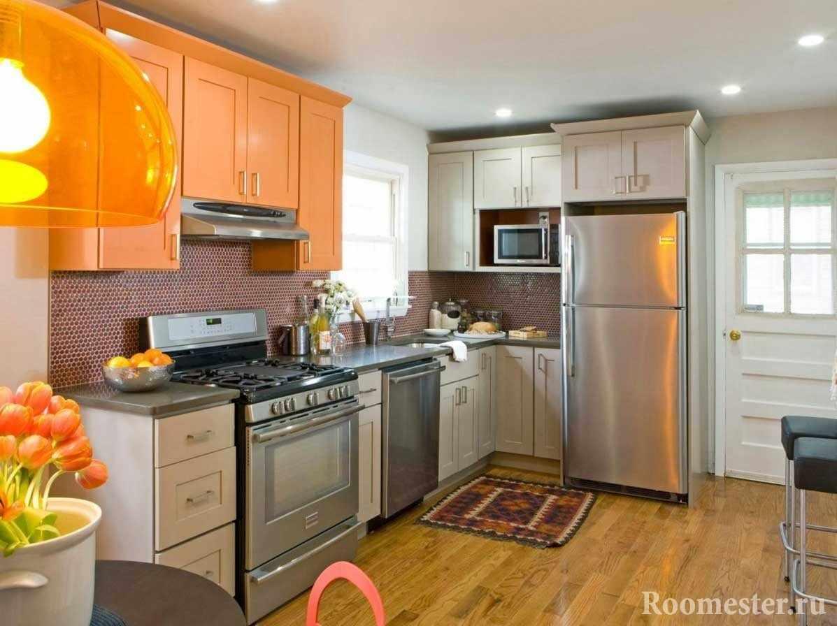 Серо-оранжевые фасады кухни