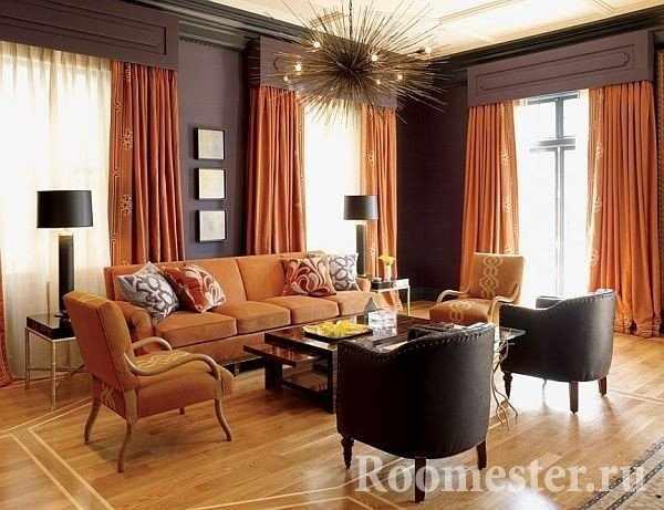 Мандариновые шторы и оранжевый диван