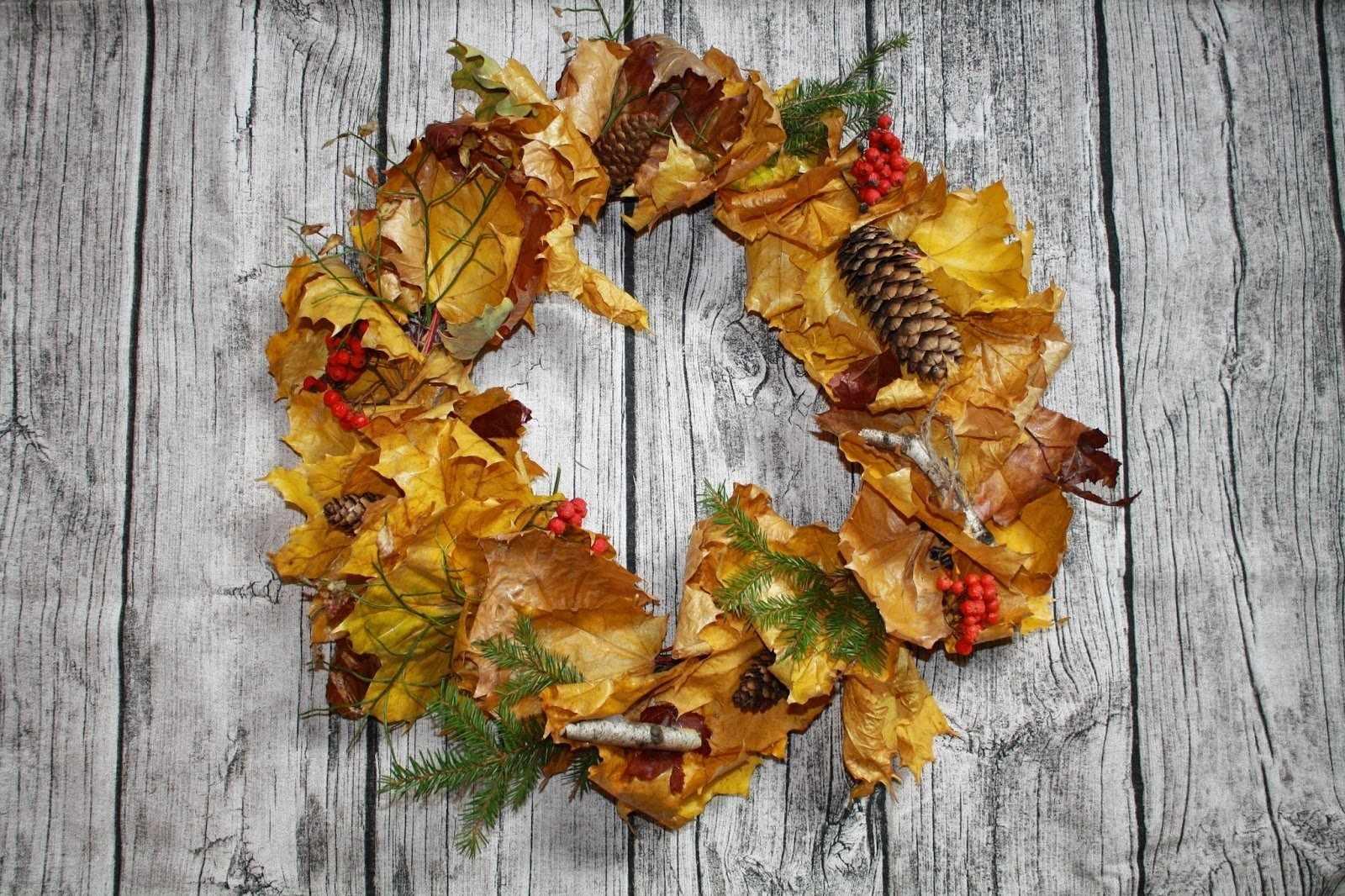 Композиция из листьев и шишек