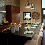 Лампы над столом в кухне-гостиной