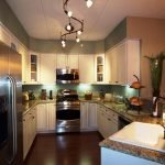 Направленные светильники в п-образной кухне