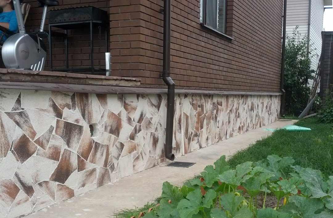 Дом с цоколем из песчаника