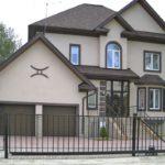 Железный забор вокруг дома