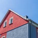 Разноцветные стены и фронтон
