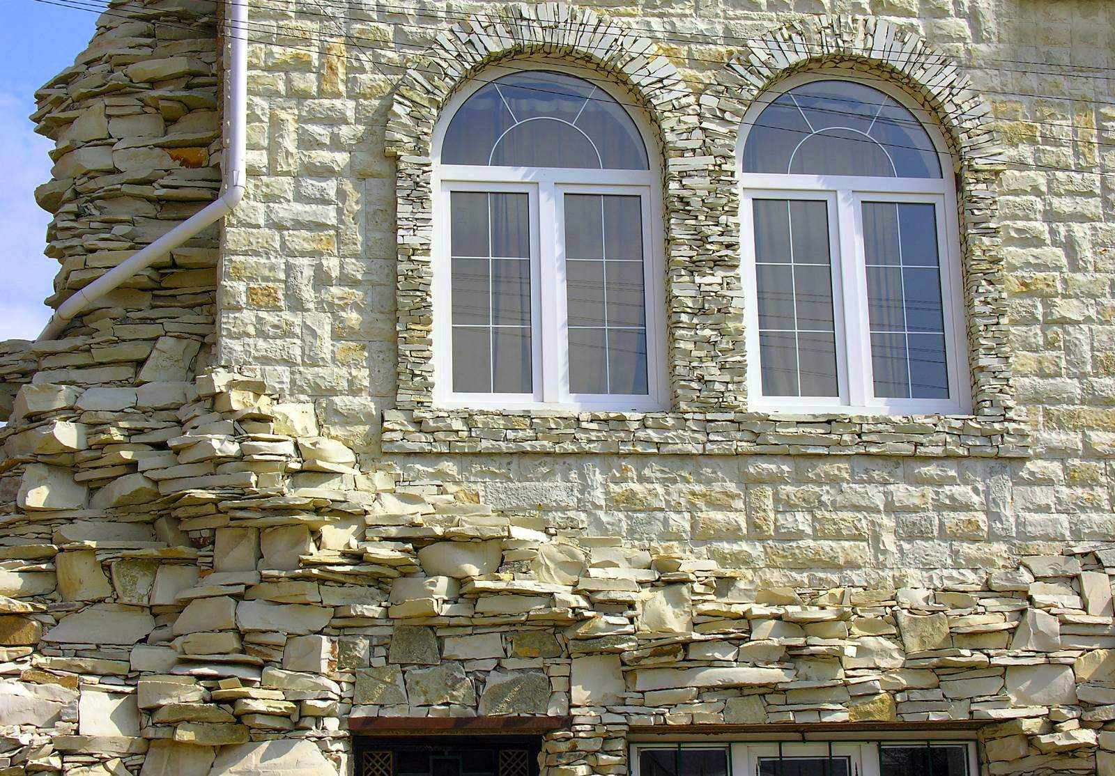 Камень на фасаде дома