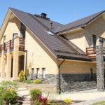 Дом с балконом на колоннах