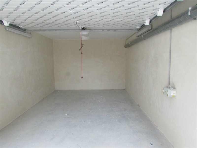 Штукатуренные стены в гараже