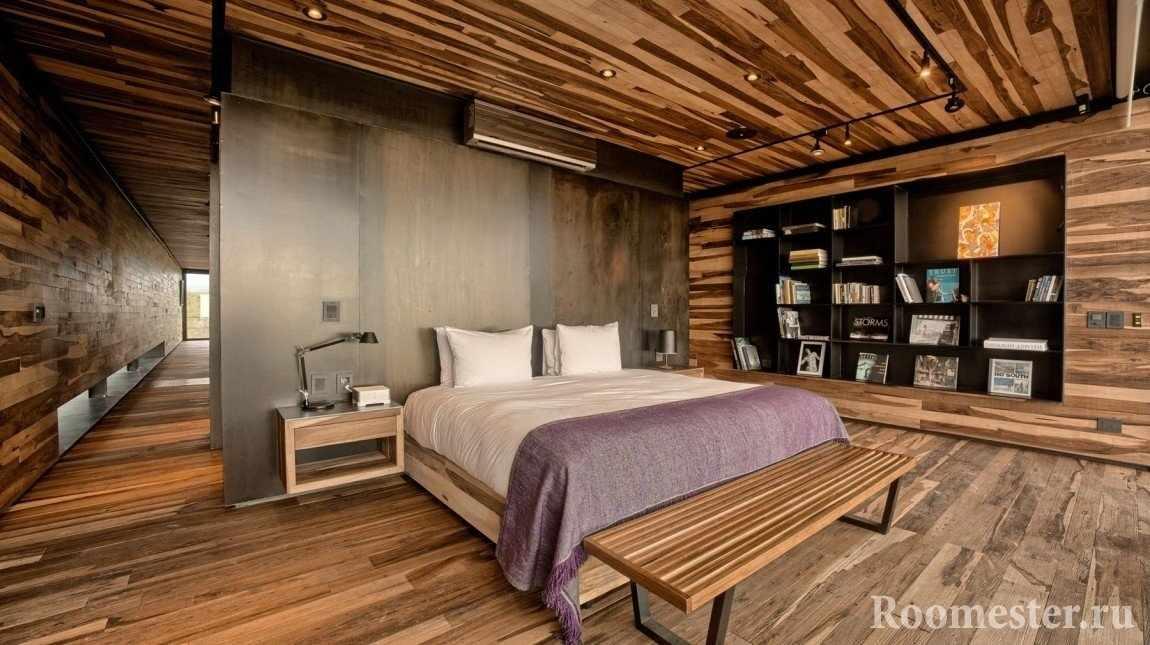 Стены, полы и потолок отделаны деревянными панелями