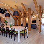 Зонирование с помощью деревянных столбов в гостиной