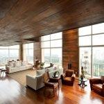 Деревянный потолок в гостиной