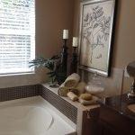 Кофейные стены в ванной