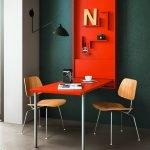 Яркий столик в сером интерьере