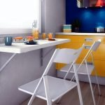 Сочетание желтой мебели и синего фартука